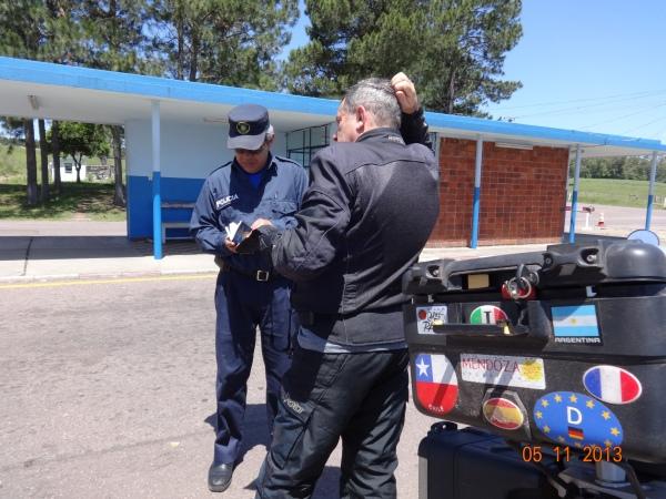 Mostrando os documentos para o policial uruguaio