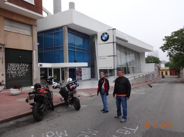 Loja da BMW fechada no sabado, mas foi aí que descobrimos uma loja mel
